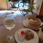 薬膳 LactoCafe(ラクトカフェ) - グラス白ワイン、ランチタイムは400円。(税込み)