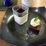43251615 - デザートプレート500円は可愛らしいケーキと小さなブランマンジェ