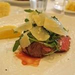 ペルケノー - 肉は厚めのカット〜熊本あか牛もも!スライスしたパルメジャーノの塩気がまたいい