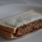 焼き立てパン工房 布田4丁目ベーカリー - メンチカツサンド 110円