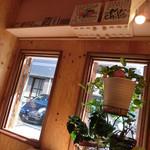 薬膳 LactoCafe(ラクトカフェ) - 木の温もりのある店内。ミスチルの色紙♪