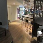 CafeXando - 私達は20名近い集団だったんで奥のテーブル席を利用して食事をさせていただきましたが店内はスタイリッシュで開放的な雰囲気です   食事は幹事の方が飲み放題も入れて5000円のコースで仕切ってくれました
