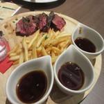 CafeXando - メインのお肉はカリカリのフレンチフライの添えられたサーロインステーキです。