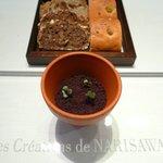 NARISAWA - パンと植木鉢に芽が出ている
