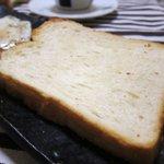 4327565 - この食パン。生クリームがはいっているそうで、ミミまで軟らかいです。