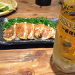 43275495 - 「まずこれセット」の「むねみたたきネギまみれ」と生ビール。