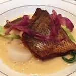 43275988 - 魚料理(真鯛のポアレ カレー風味の貝のソース)
