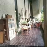 ブンダン - 建物の入口にあるテラス席