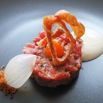 モダンフレンチ 「コラージュ」 - 桜肉のタルタル、卵黄、玉ねぎのデクリネゾン