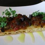アルキミスタ・レスタウランテ - コカ(ピザ)。イベリコ豚のチョリソーが刻んで炒められてます