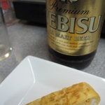 赤壁酒店 - エビスビール大瓶 385円、と玉子焼き