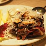イル ボッリート - 北イタリア産馬肉のタルタル。胡桃とチーズがかかっている。チコリ添え。美味しい。