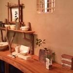 珈道庵 三瀬山荘 - 棚にはお洒落にディスプレイされた陶器が並んでいます。