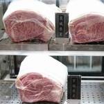 正泰苑 - 2015.10 入口のショーケースには霜降りの和牛肉が陳列されています