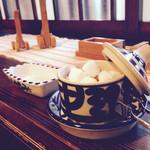 43294813 - 洋食店「店内の窓際…とんがり帽子の陶器のお家と、角砂糖」