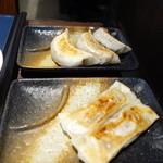 43295321 - 肉汁棒餃子皿盛りと焦がし醤油のにんにく餃子皿盛り