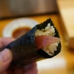 つきぢ神楽寿司 - 赤身の手巻き。