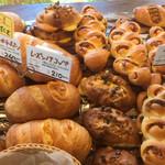 43329495 - パンがたくさん並ぶ幸せ感
