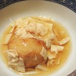 日本のお料理 稲垣 - 炊き合わせ。                             揚げた海老芋と湯葉の炊き合わせです。お芋の中には雲丹が入ってます。