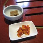 千乃房 - 近江牛肉のユッケとろろ丼セット 煮こごり と キムチ