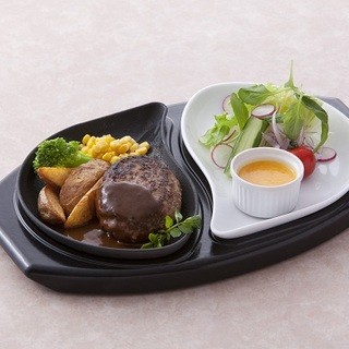 鉄板でアツアツ!手作りソースで味わう肉汁溢れる和牛ハンバーグ