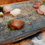 Shiduka - お造り              まこがれい、かんぱち、漬け鮪の3点盛り、そして生海苔。