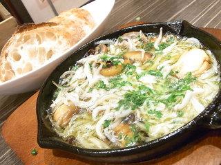 炭火串焼き&ワインバルEbisu - マッシュルームとシラスのアヒージョ・バゲット付き¥600☆♪