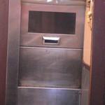 らーめん 八快 - 八快 エレベーターが閉の状態
