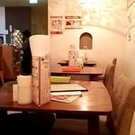 ブーンブーンキッチン - 入口側テーブル席