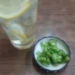 松葉食堂 - チューハイとお通し(キュウリ浅漬けに生姜が良く合う)