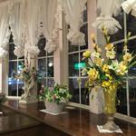ロゼ - 店内…お花がたくさん飾られています