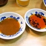 淡水軒 - 焼ギョウザ用の味噌ダレと、水ギョウザ用の醤油ダレ