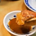 淡水軒 - 焼ギョウザには味噌ダレをたっぷりつけて食べる