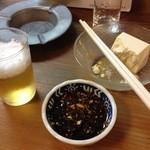 八角 - 料理写真:冷奴(醤油タレ)とビール