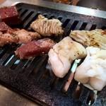 大阪焼肉・ホルモン ふたご - ふたご盛りを鉄板に並べる!