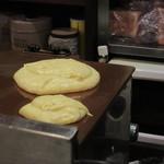 珈琲家 - 銅板上で焼いている 30分近くかかる!