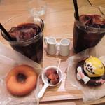 フロレスタ - ボキらが注文したのは、アイスコーヒーと、 ラスカルドーナツとプレーンドーナツを1つずつ。 このラスカルは最後の1個だったの~人気なんだね。