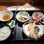 三福 - 三福箱膳(1380円)メインデッシュと先つけ(奥)