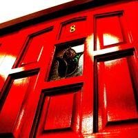 BEER PUB 8taps - 入り口の真っ赤なDOORはおよそ100年前の英国アンティーク