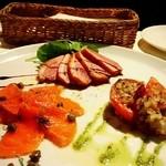 REGGINA - 前菜3種は鴨ロースト、サーモン、トマトグリルをチョイス