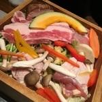 43385067 - 『地鶏と季節野菜のせいろ蒸し』                       『麦豚と季節野菜のせいろ蒸し』