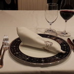 ESCOFFIER - いやワイン飲みたくて...綺麗なテーブルセッティングですね。既に赤、出てきてるし。^^;