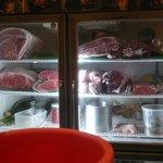 洋食の店 もなみ - 冷蔵庫には牛肉がいっぱい