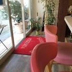 PIZZERIA FAMIGLIA - カウンター席と、入り口の風景(2015.10.20)