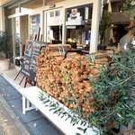 PIZZERIA FAMIGLIA - 入り口には、マキがいっぱい(2015.10.20)