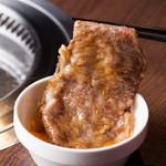 焼肉&ワイン ミヤコヤ. - 名物メニュー「サーロインのすき焼き」。たっぷりとタレのかかったA5ランクのお肉を軽く炙って、溶き卵につけてお召し上がり下さい。
