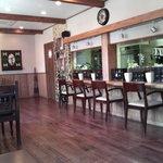 カフェ・ラ・ドゥース・ウール - 木材を上品に使った落ち着いた雰囲気の店内
