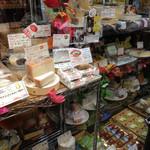 覚王山のチーズ屋さん メルクル - チーズのショーケース