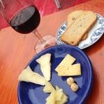 覚王山のチーズ屋さん メルクル - グラスワイン赤 500円税込 チーズ盛合せ550円税込