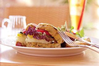 カラコル - サンドイッチはバンズに具財を練りこむなどのこだわりがあり!丹波の無農薬・有機野菜専門の契約農家さんが、丹精こめて作っている新鮮な野菜を使用しています。